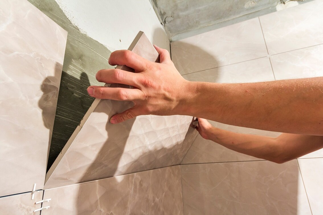 Укладка плитки на деревянный пол в ванной своими руками