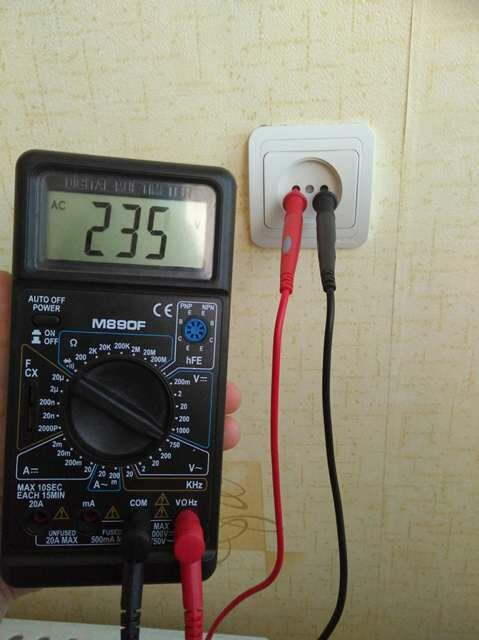 Проверка напряжения в электрической сети 220В с помощью мультиметра