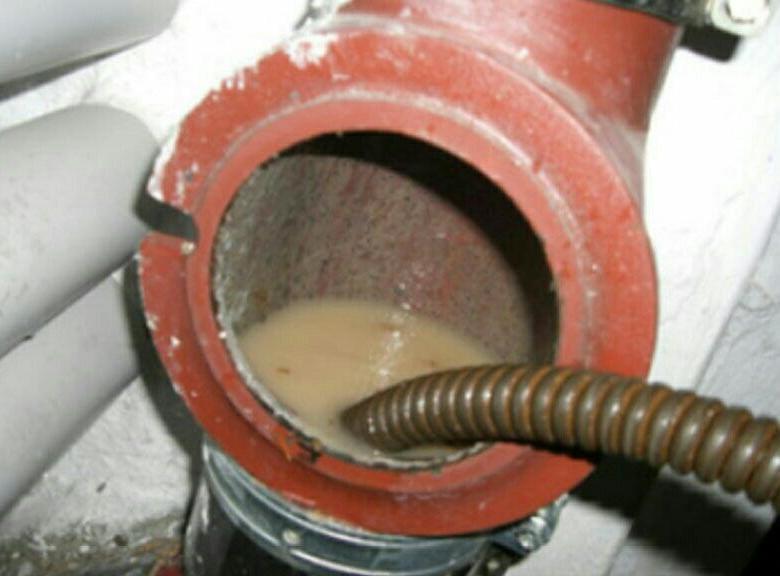 Как устранить засор в канализационной трубе своими руками