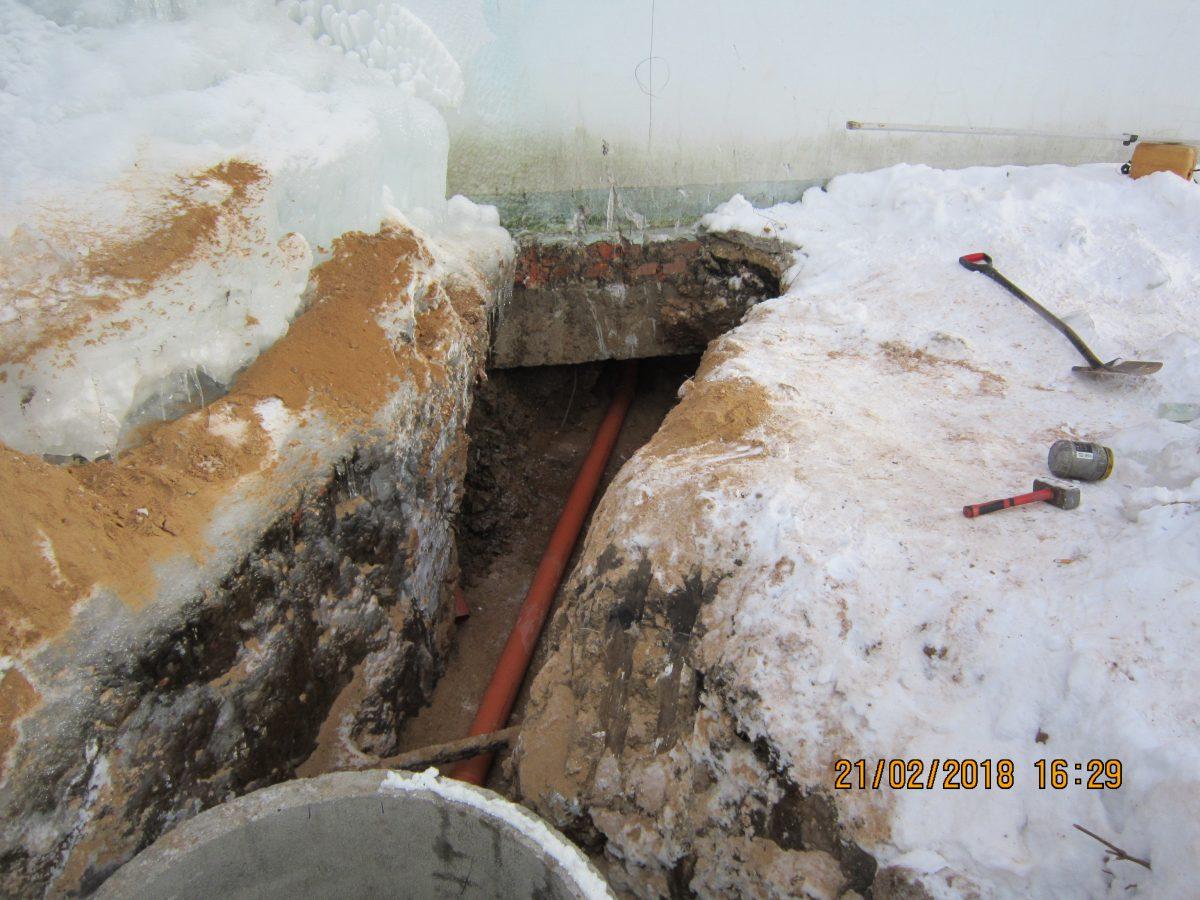 На какую глубину закапывать канализационную трубу в частном доме