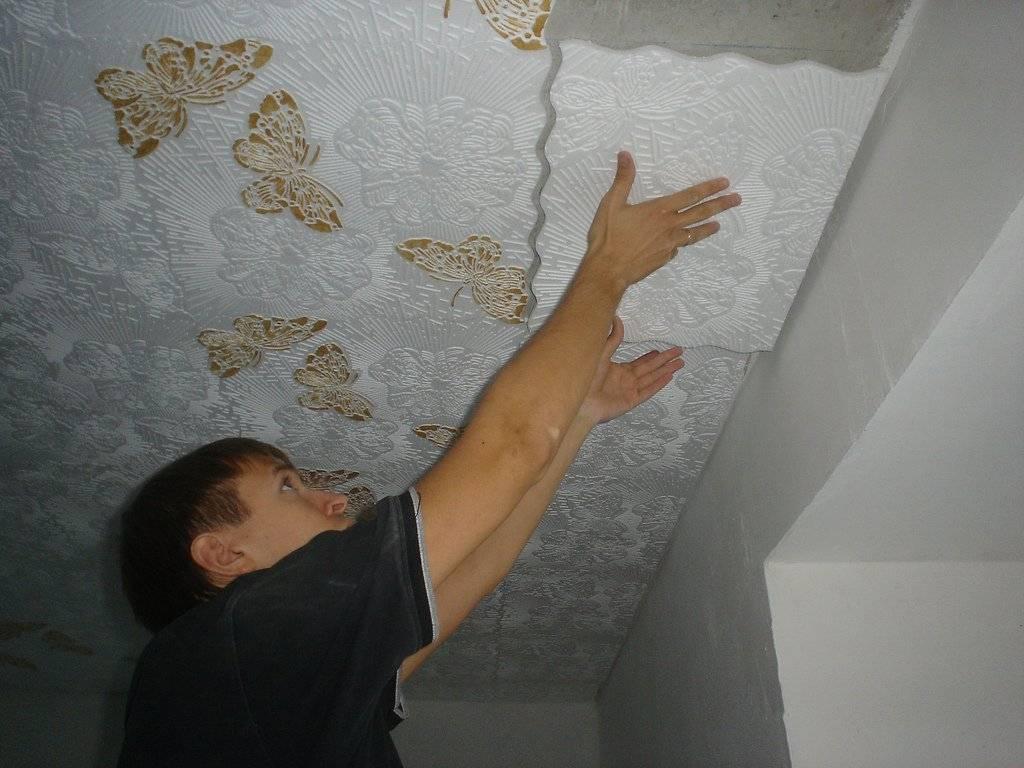 Как клеить потолочную плитку