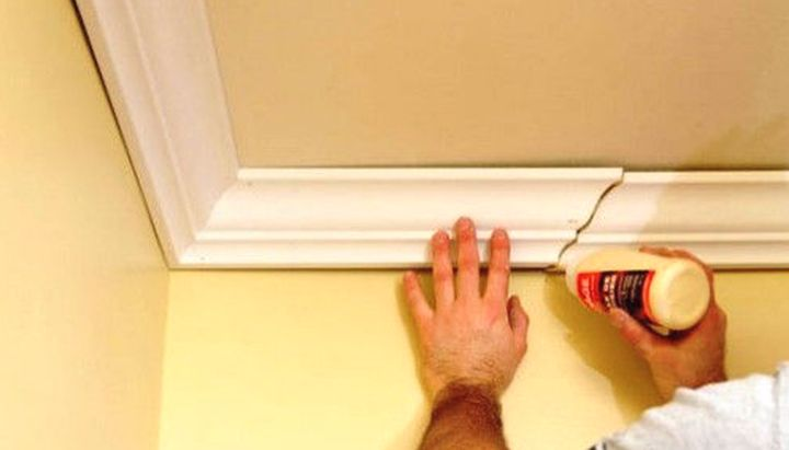Как крепить потолочный плинтус своими руками