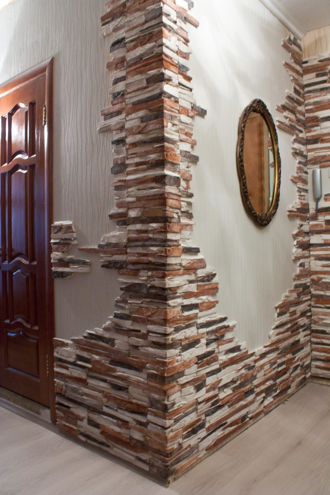 Искусственный камень в интерьере прихожей, кухни, спальни, лоджии: фото + инструкция по декорированию стен