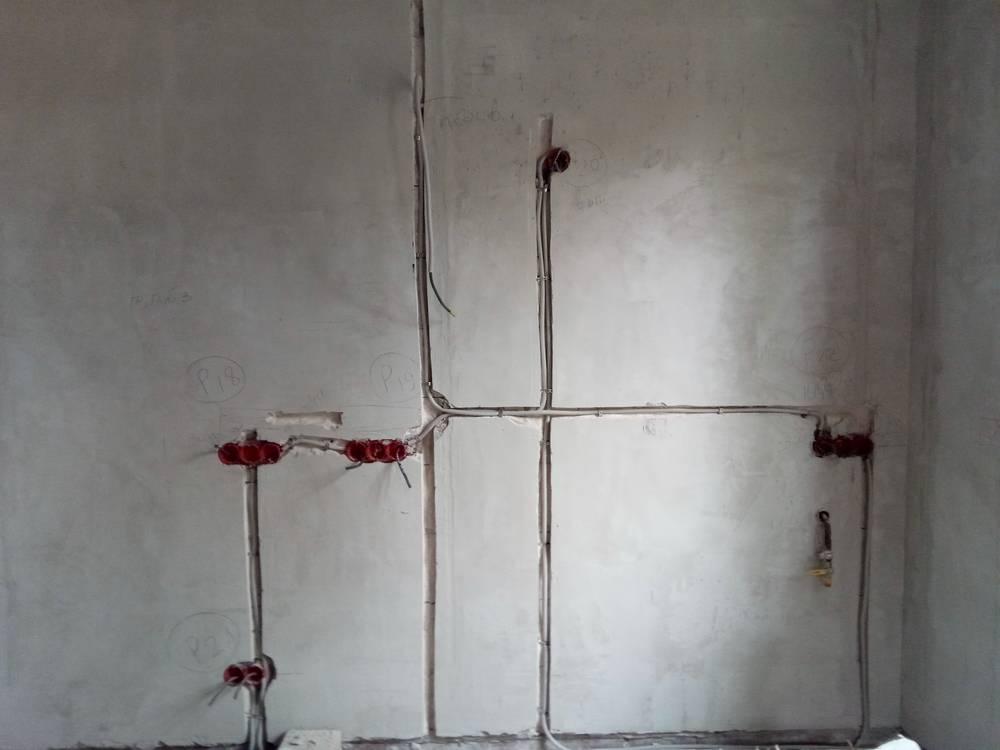 Как заделать штробы в стене с электропроводкой