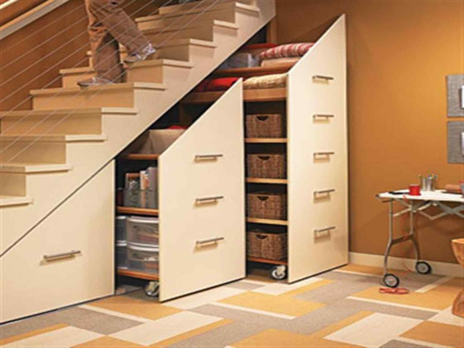 Как оформить пространство под лестницей: идеи для оформления с фото