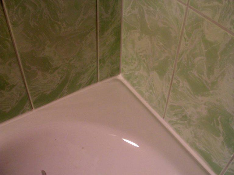 Как заделать стык между ванной и стеной