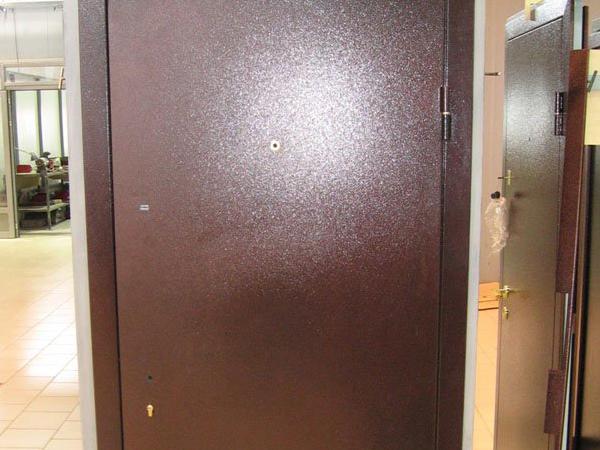 Покраска входной металлической двери в домашних условиях