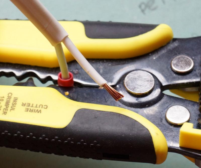 Как и чем зачистить электрические провода от изоляции