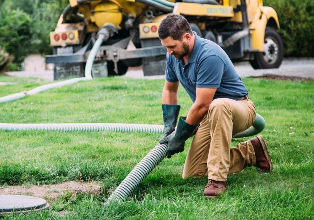 Сколько стоит откачать канализацию в частном доме