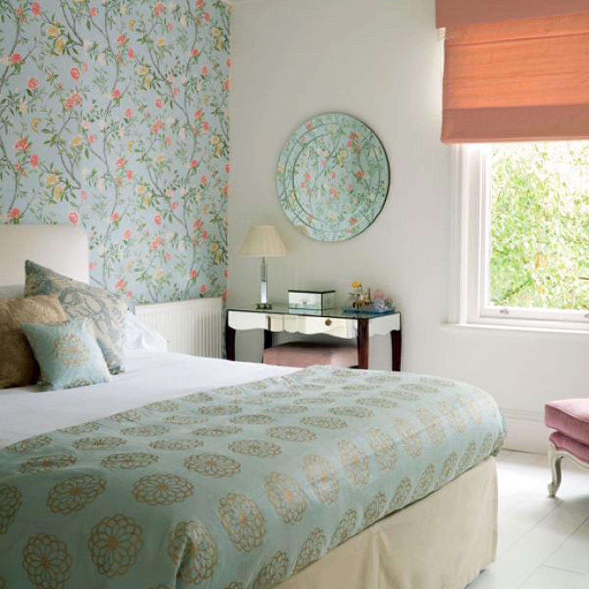 Интерьер спальни с обоями двух видов: способы комбинирования и фото