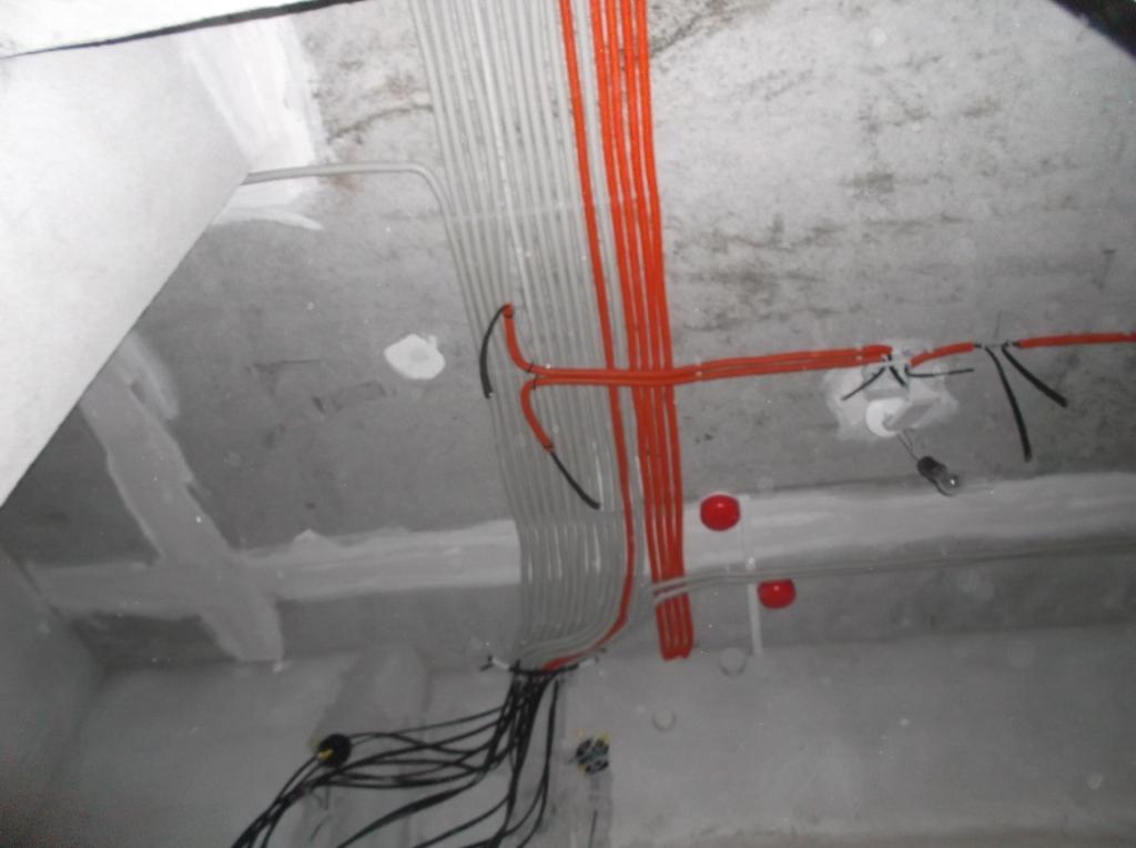 Как правильно проложить электрику по потолку