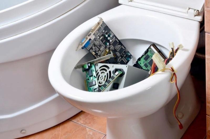 Какие предметы категорически нельзя смывать в унитаз – 15 самых опасных вещей!