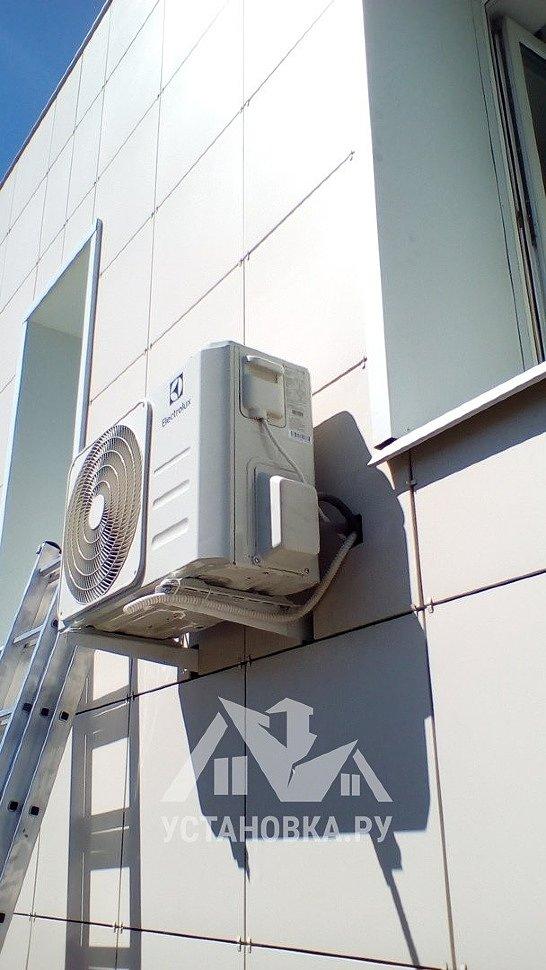 Kондиционер на вентилируемом фасаде дома