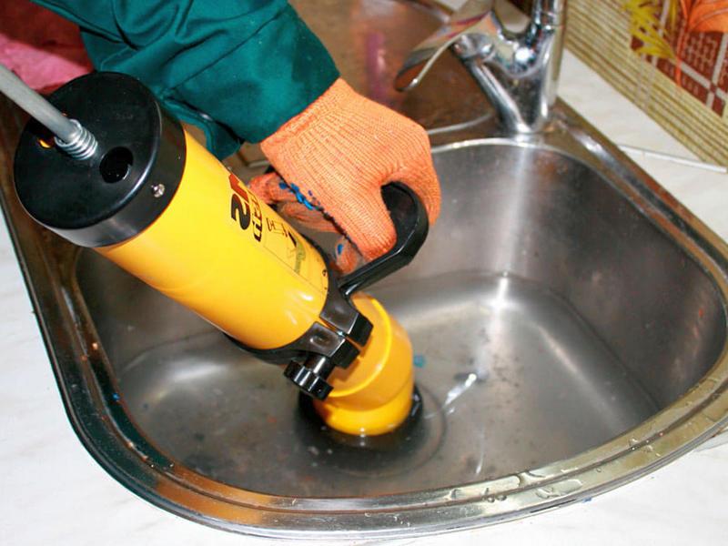 Прочистка канализационных труб народными средствами в домашних условиях