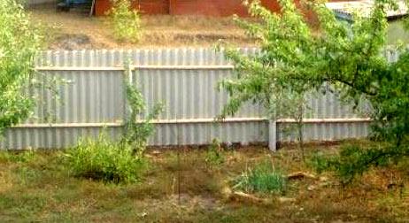 Как самостоятельно возвести шиферный забор — порядок действий
