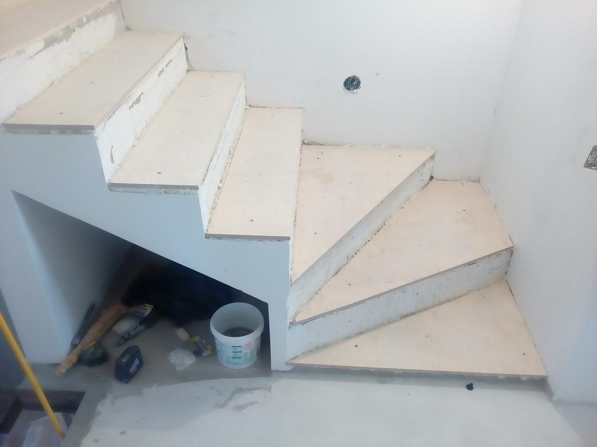 Облицовка древесиной бетонный лестницы: подготовительные работы и процесс облицовки