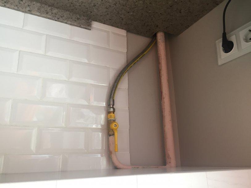 Как можно задекорировать газовые трубы на кухне