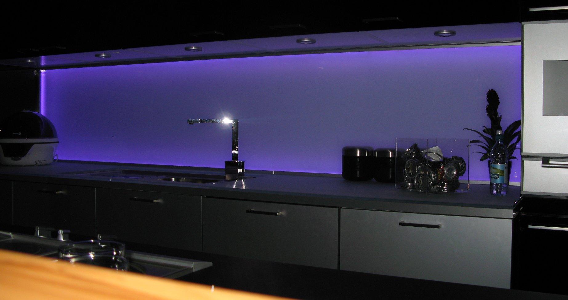 Как сделать подсветку кухонного фартука из стекла: варианты освещения