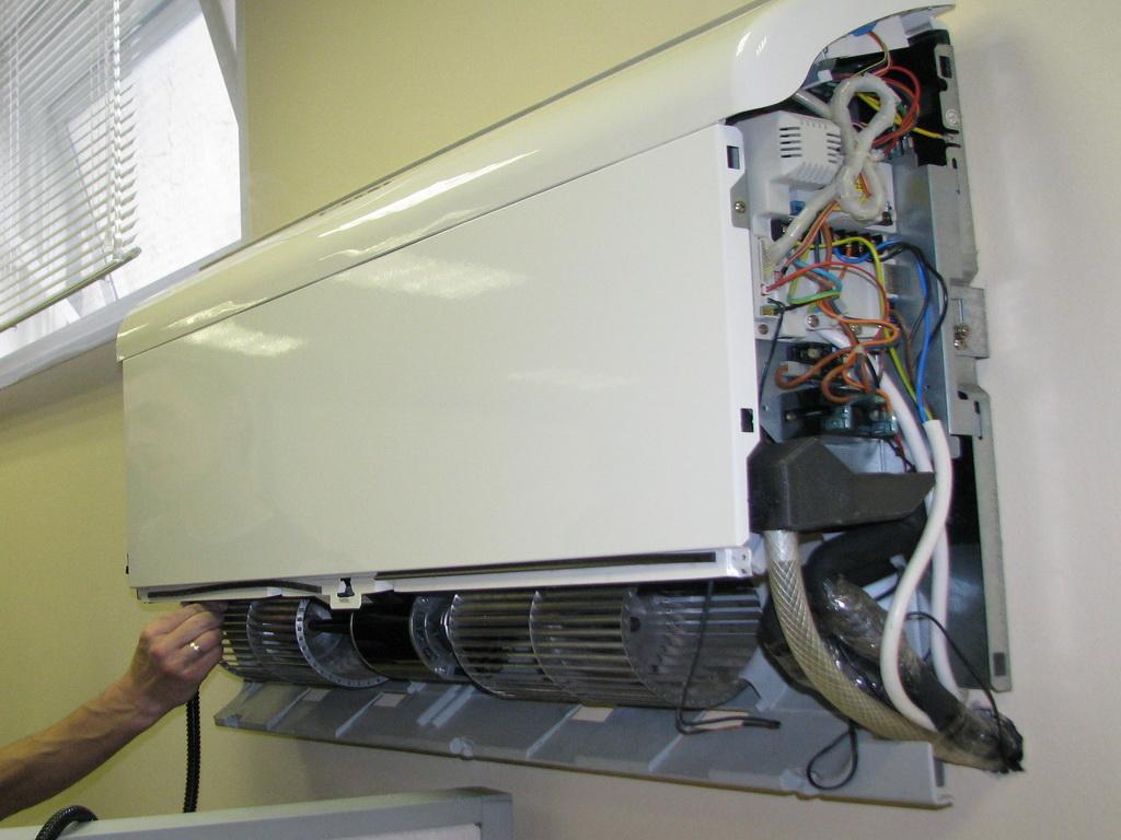 При включении кондиционера появляется шум и посторонние звуки во внешнем блоке